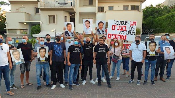 """חרף איסור המשטרה: עובדי בל""""ל הפגינו מול ביתו של המנכ""""ל; באלפא מחו בגשרים ובצמתים"""