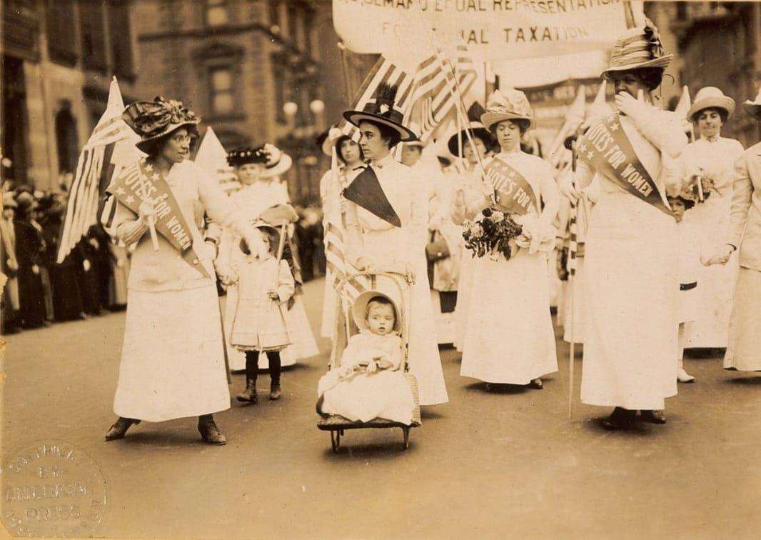 המערכה למען זכות הצבעה לנשים ; ב-23 באוקטובר 1915 רבבות נשים הפגינו בשדרה החמישית בניו יורק