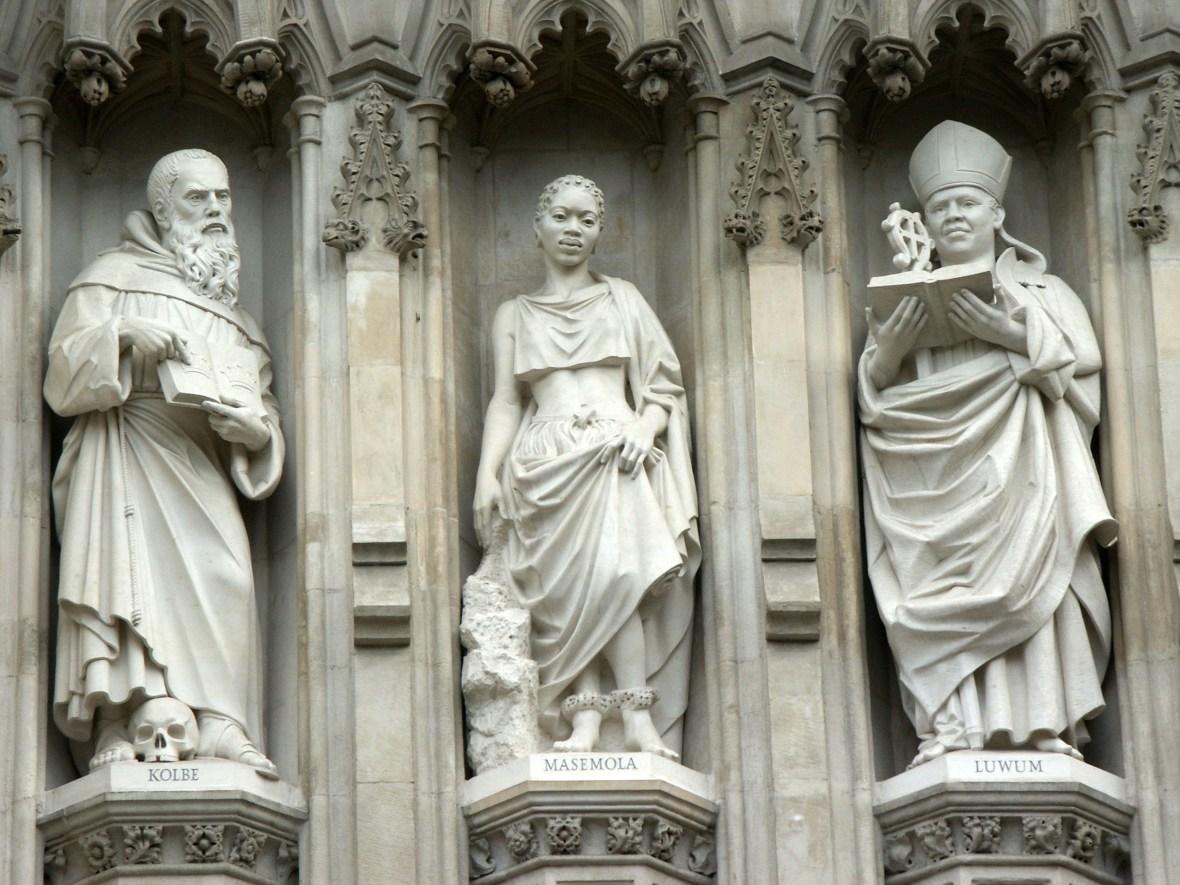 Ο Μαξιμίλιαν Κόλμπε είναι ένας από τους 10 Μάρτυρες του 20ού Αιώνα που απεικονίζονται σε αγάλματα πάνω από τη Μεγάλη δυτική πόρτα του Westminster Abbey στο Λονδίνο