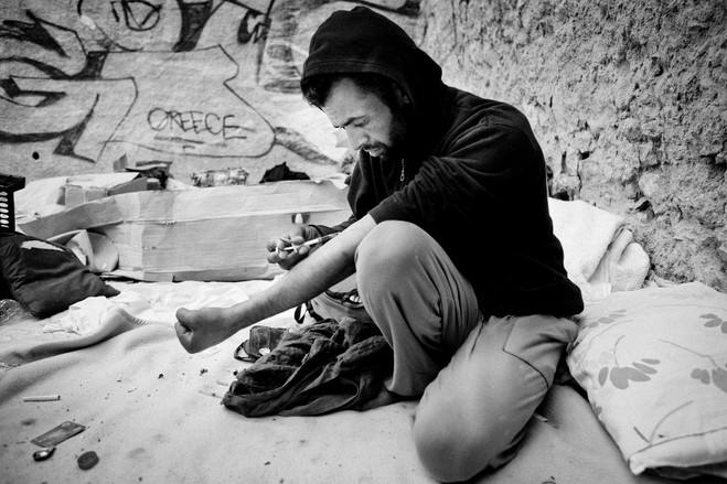 Η θέα ναρκομανών να παίρνουν τη δόση τους είναι συχνό φαινόμενο στους δρόμους και τα πεζοδρόμια γύρω από την πλατεία.
