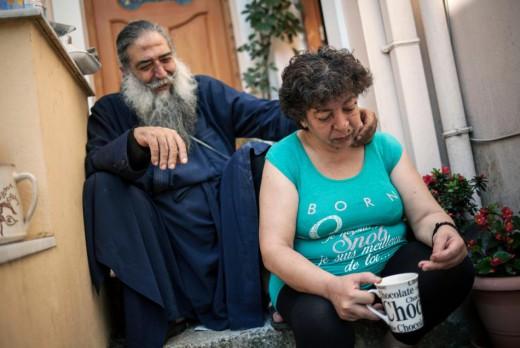 Ο Παπά Στρατής και η παπαδιά στην αυλή τους το περασμένο καλοκαίρι - - UNHCR/Socrates Baltagiannis