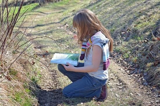 Joven leyendo en el campo