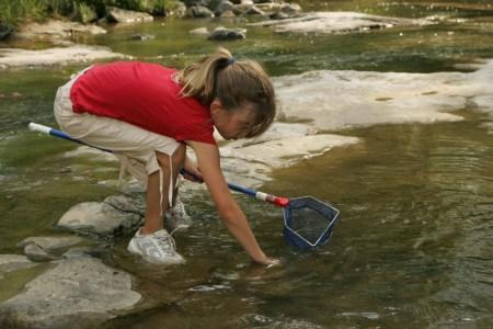 Niña pescando
