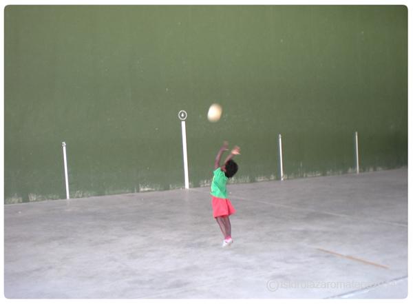 niño lanzando la pelota