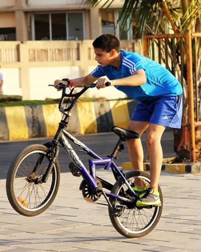 Joven en bici