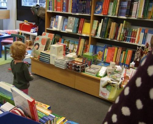 Niña pequeña en librería