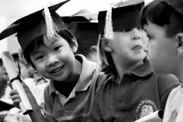 Niños pequeños graduándose