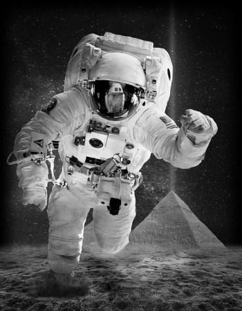 Astronauta y pirámide