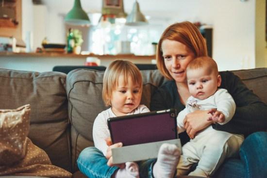 Madre e hijos con ordenador