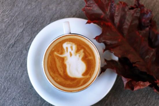 fantasma en una taza de café
