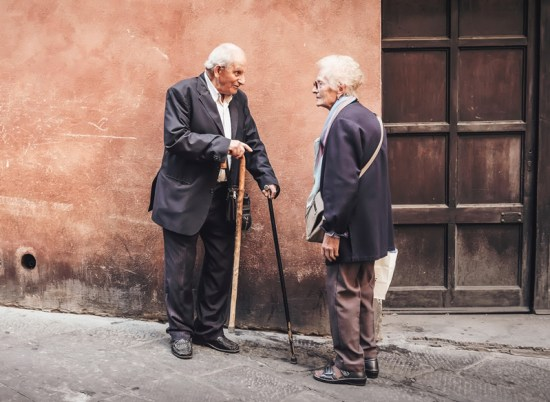 Ancianos hablando