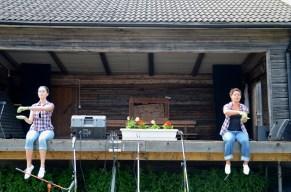 Ida och Pia sår frön.
