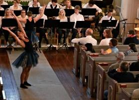 Pia och Bella dansar i fällforskyrkan.