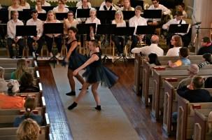 Pia och Bella i sista dansen i fällfors kyrka.