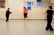 Fortsättningsgruppen bestod av flertalet lärare. Här frågar Lena Ninnie om koreografin och Jessica observerar