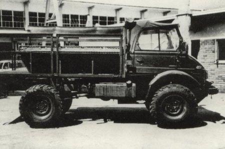 Primer prototipo del Buffel, el cual sería bautizado como Bosvark. La parte trasera para el transporte de tropa fue provista de una base en forma de V mientras que la cabina estaba desprovista de blindaje. Foto: Internet.