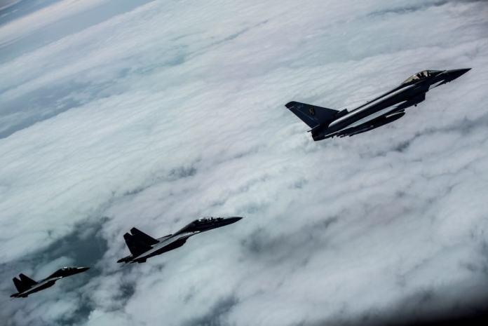 Typhoon y Flanker son fotografiados desde un reabastecedor Voyager durante el ejercicio  Indradhanush. Imagen - RAF Cpl. Jimmy Wise