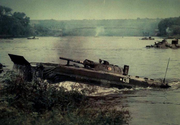 BMP-1 perteneciente al Nationale Volksarmee vadea un curso fluvial junto a VCBRs BTR-60. Imagen: Internet