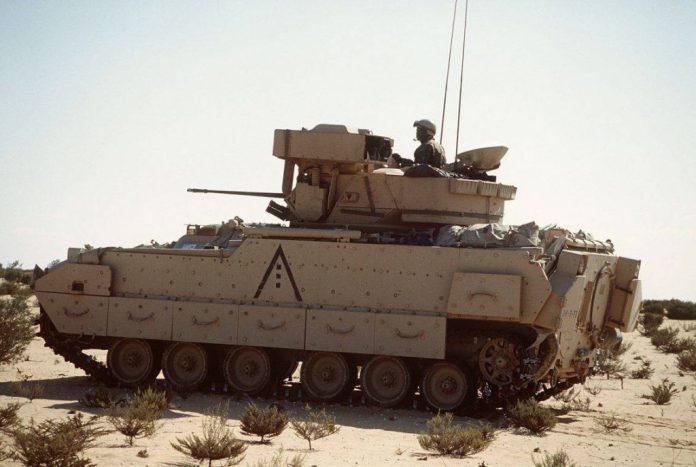 M-2A2 Bradley perteneciente a la 24th Infantry Division de maniobras en Egipto. Una de las modificaciones más visible con respecto a la versión A1 es el blindaje lateral así como los nuevos faldones. Imagen: Senior Airman Steve M. Martin