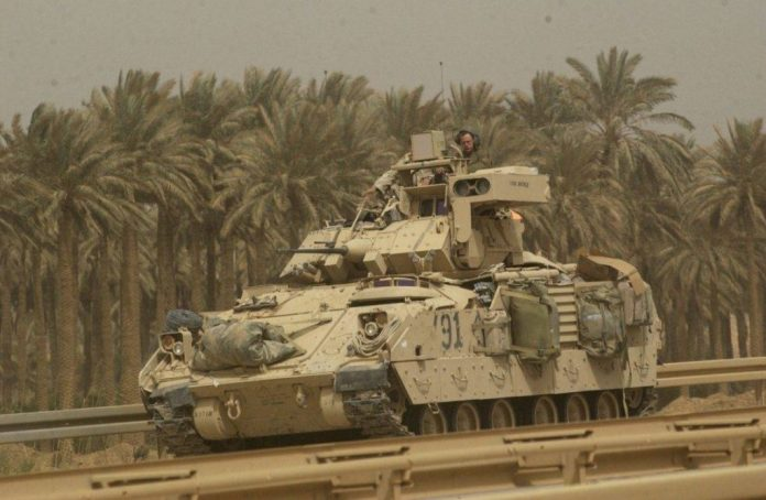 M-2A2 ODS Bradley equipado con un MCD AN/VLQ-6, avanza por una autopista hacia el aeropuerto de Bagdad. El blindado pertenece al 3-7 Regiment y la foto fue tomanda durante la ofensiva de abril de 2003. Imagen: US Army - SGT Igor Paustovsk.