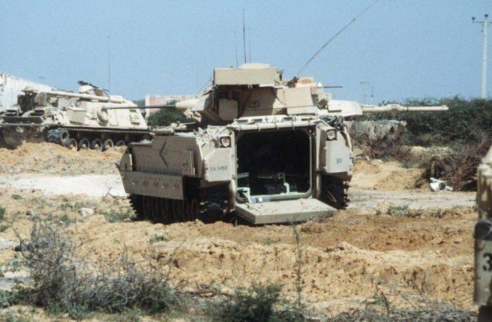 VCTP M-2A2 ODS, tanque M-1A1 y VCRT M-88 pertenecientes a la 24th Infantry Division, ejercitan una misión DART en Somalia. Imagen: US Army - PV2 Andrew W. McGalliard
