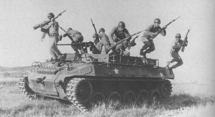 Infantes desembarcan de un M-39. Al carecer de portones traseros, la tarea de descenso del vehículo era notablemente engorrosa. (Y peligrosa si se realizaba bajo fuego enemigo). Imagen: US Army.