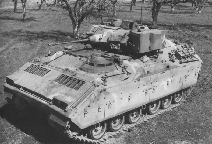 El prototipo final del MICV: El XM-2, ya equipado con la torreta biplaza armada con el cañón de 25mm Bushmaster y el lanzador doble de misiles anti-tanque BGM-71 TOW. Imagen: FMC.