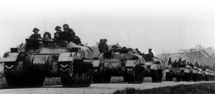 Soldados canadienses pertenecientes a la Canadian Royal Hamilton Light Infantry avanzan encolumnados en sus RAM Kangaroo.