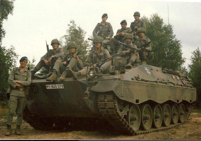 Tripulación completa de un Spz Marder 1 perteneciente al Panzergrenadier Batallion 71 del Bundeswehr. Entre el armamento que se puede apreciar en la imagen se distinguen fusiles H&K G-3, subfusil Uzi (de dotación de la tripulación) y un PzF 44. Imagen: Panzergrenadier Batallion 71.