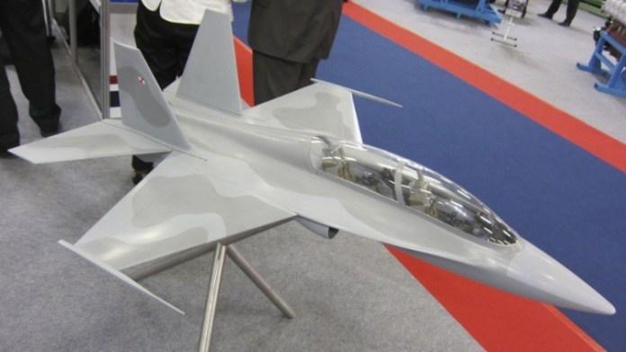 La maqueta a escala del entrenador jet Grot-2 de Polonia en exhibición en el pabellón ITWL durante la expo MSPO 2012. Fuente: Reuben Johnson
