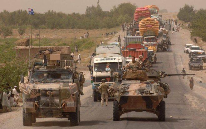 Soldados australianos patrullan una ruta afgana abordo de un ASLAV-25 y de un PMV Bushmaster, dentro de la misión del PRT en Uruzgan. Imagen: MoD - Corporal Neil Ruskin.