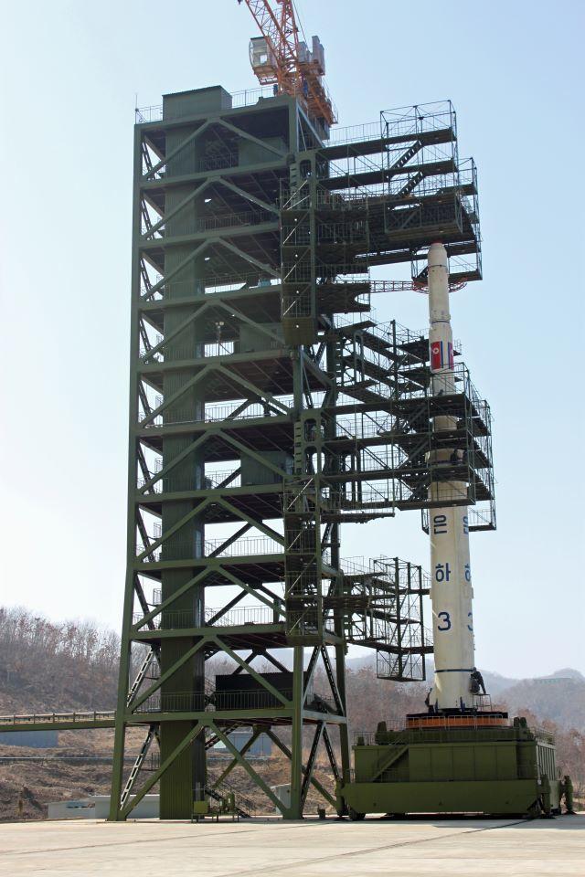 Unha-3 en la plataforma de lanzamiento, abril de 2012 Sungwon Baik / VOA