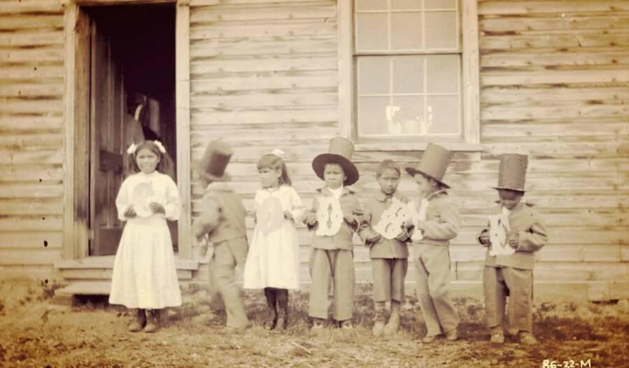Brutalna povijesti domorodačkih rezidencijalnih škola u Kanadi