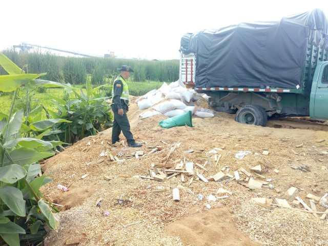 Camión con parte de los residuos arrojados.