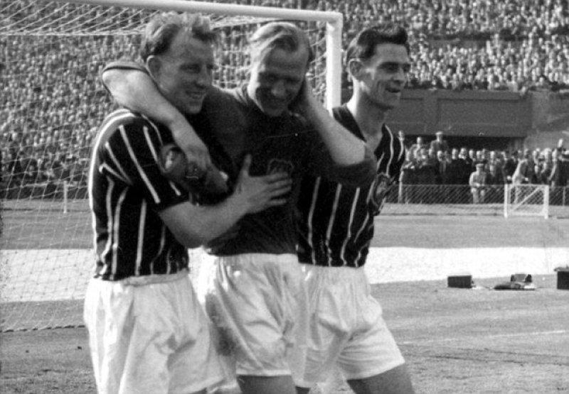 I compagni sorreggono Trautmann, infortunato dopo la vittoria in FA Cup
