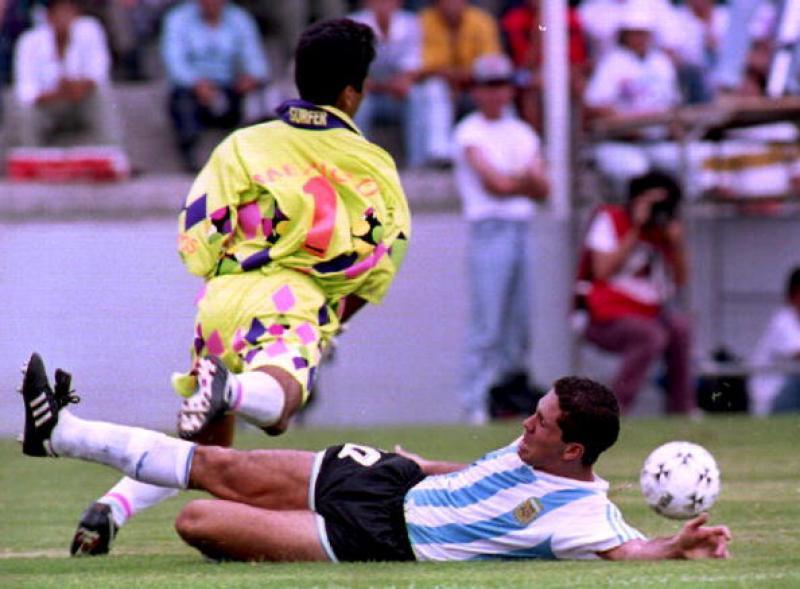 Campos braccato da Diego Simeone.