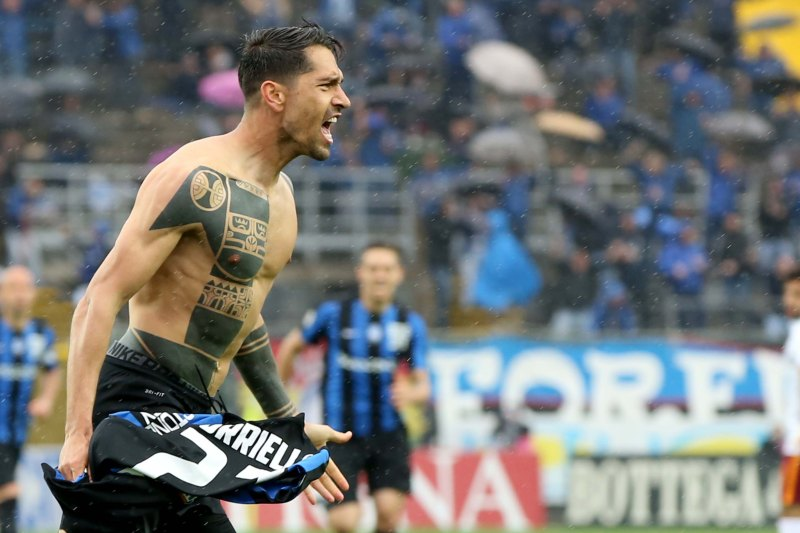 Foto LaPresse - Mauro Locatelli 17/04/2016 Bergamo ( Italia) Sport Calcio ATALANTA - ROMA Campionato di Calcio Serie A TIM 2015 2016 - Stadio ATLETI AZZURRI D'ITALIA Nella foto: esultanza di borriello Photo LaPresse - Mauro Locatelli 17 April 2016 Bergamo ( Italy) Sport Soccer ATALANTA - ROMA Italian Football Championship League A TIM 2015 2016 - ATLETI AZZURRI D'ITALIA Stadium In the pic: borriello celebrates