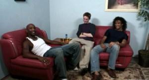 [VIDEO] Dos negrasos se follan al blanco del barrio