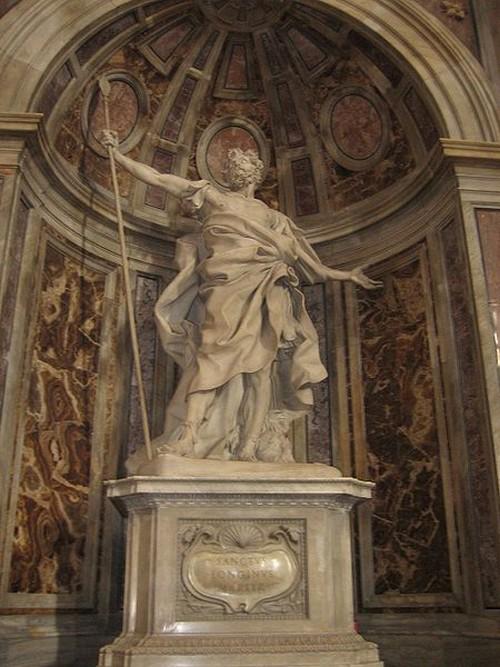 Una estatua en mármol de San Longinos y su famosa lanza el era casi ciego