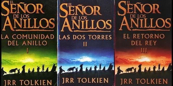 ahora es una trilogía donde tienen caratula negra  y letras color naranja el nombre El señor de los anillos