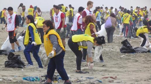 Miles de voluntarios mormones limpiaron diversas playas y riberas en varias ciudades del Perú.