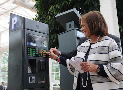 El delegado de Medio Ambiente y Movilidad ayuda a Botella a pagar - Ayto