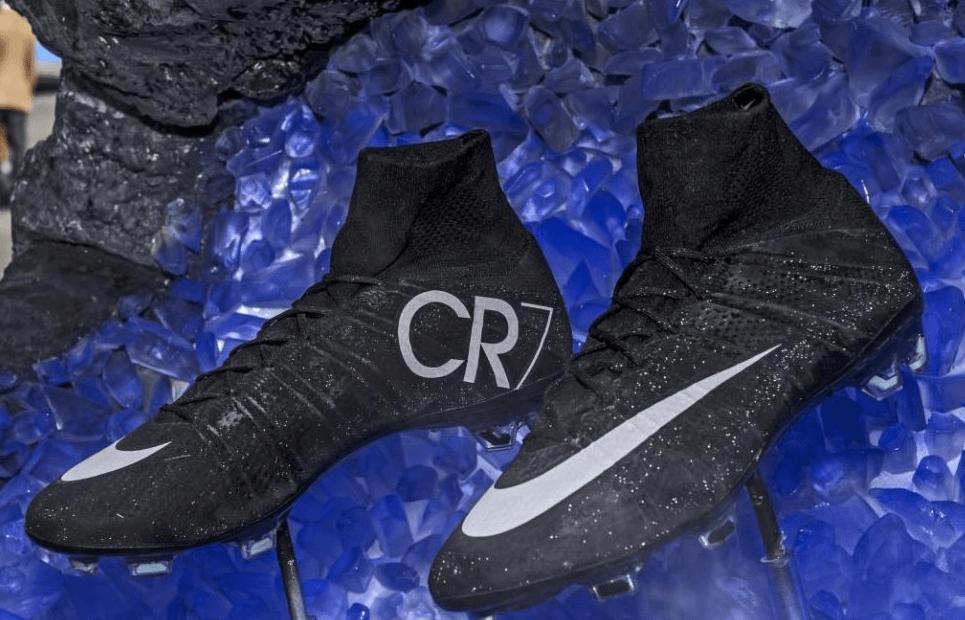 """1d08454f8256b Estas zapatillas """"llegadas de otro mundo"""" son las Nike Mercurial Superfly  CR7  unas botas negras que reflejan la luz natural y brillarán con la de  los focos ..."""