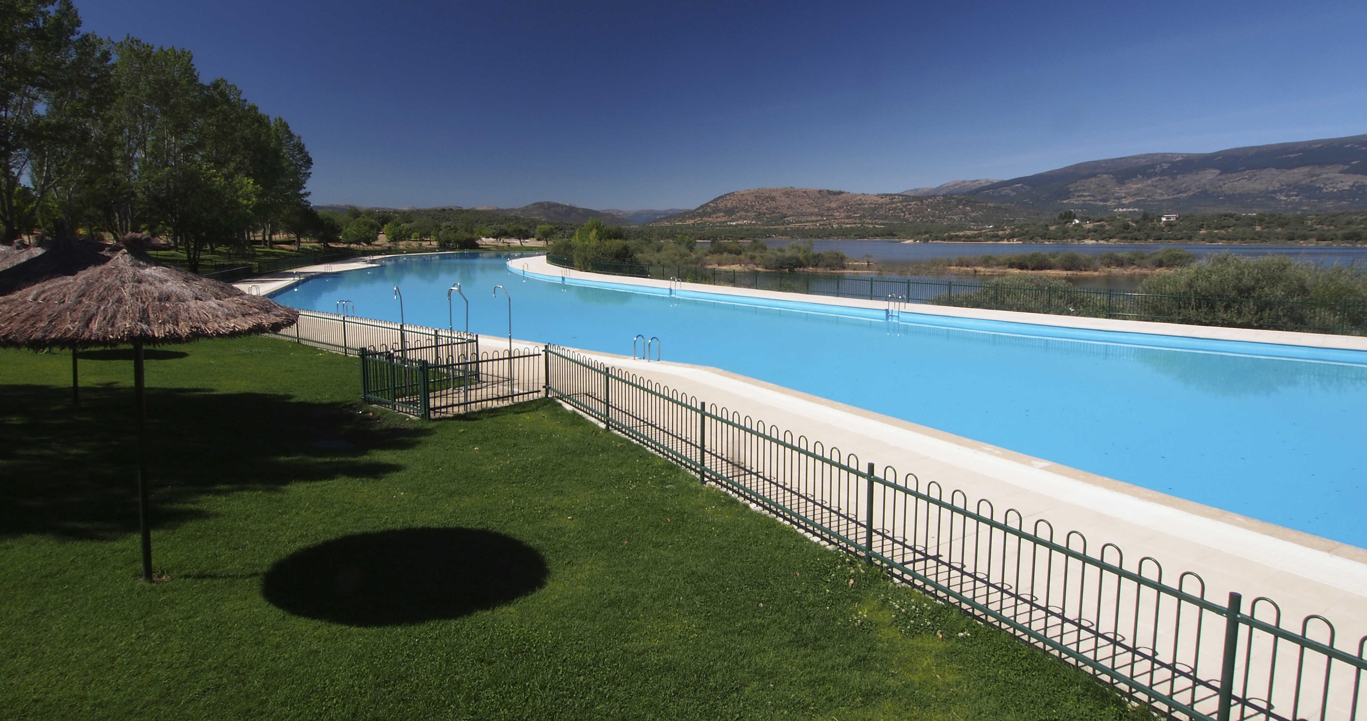 La piscina de metros cuadrados de buitrago de lozoya for Piscinas madrid