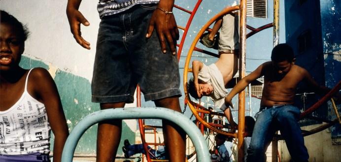 Alex-Webb-Ninos-jugando-en-un-patio-de-recreo.-La-Habana-Cuba-2000-Alex-Webb-Magnum-Photos