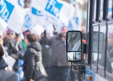 Une chauffeuse d'autobus était tout sourire en observant la manifestation passer près de son véhicule.