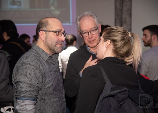 Le coanimateur Jason Della Rocca discute avec des gens durant l'entracte de la DemoNight 2020
