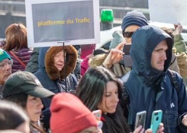 Manifestation féministe devant le bureau de Mindgeek (PornHub).