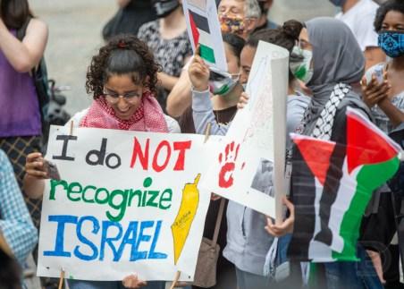 Manifestation contre l'annexion de la Palestine à Israël. Pancarte: «I do not recognize Israel» (je ne reconnais pas Israël).