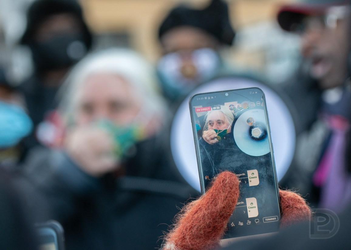 Manon Massé, députée de Québec solidaire dans Sainte-Marie-Saint-Jacques, fut interpelée par l'animateur de la manifestation «Justice pour Mireille» Ndjomouo devant l'hôpital Charles-Le Moyne puis a pris la parole.